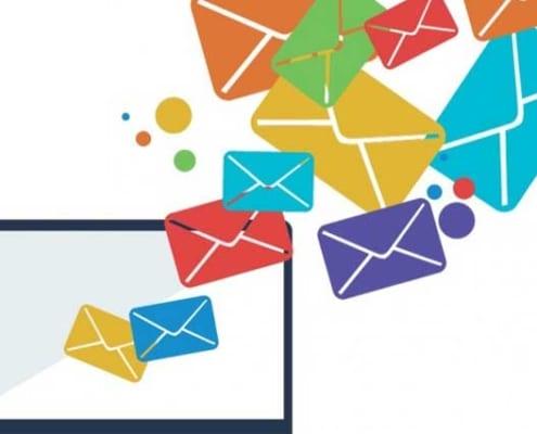 dibujo de sobres saliendo de un ordenador portatil representando una campaña de mailing