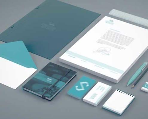 diferentes elementos de oficina con la identidad corporativa de la empresa