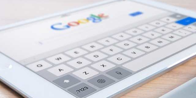 Tablet mostrando la página de inicio de Google.