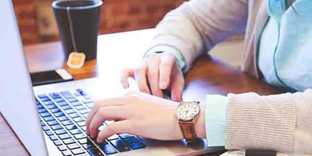 Hombre trabajando. ¿Qué es un SEO?